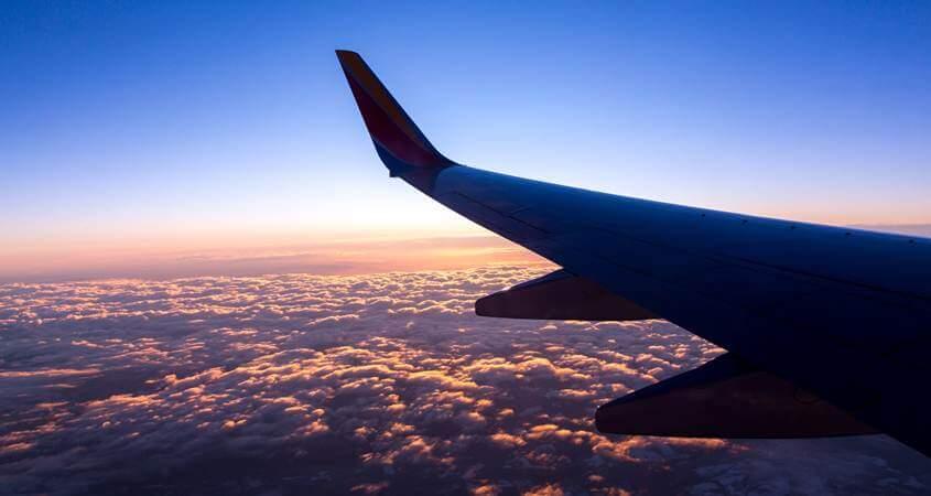 Krilo aviona - pogled iz prve klase u avionu