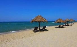 peščana plaža sa suncobranom