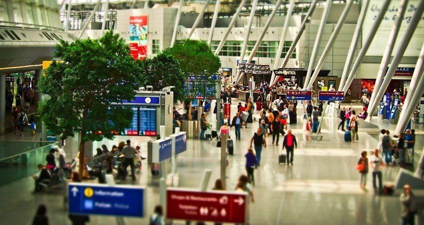 Ljudi na terminalu na aerodromu