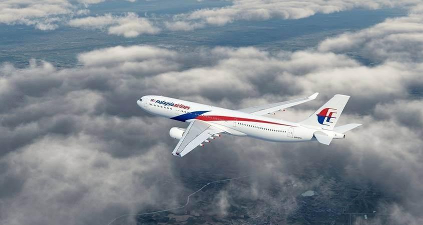 Avion leti među oblacima