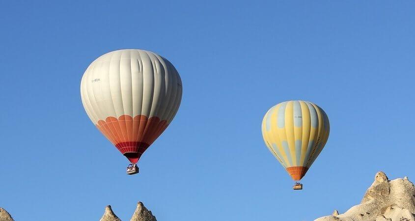 Šareni baloni lete iznad Kapadokije