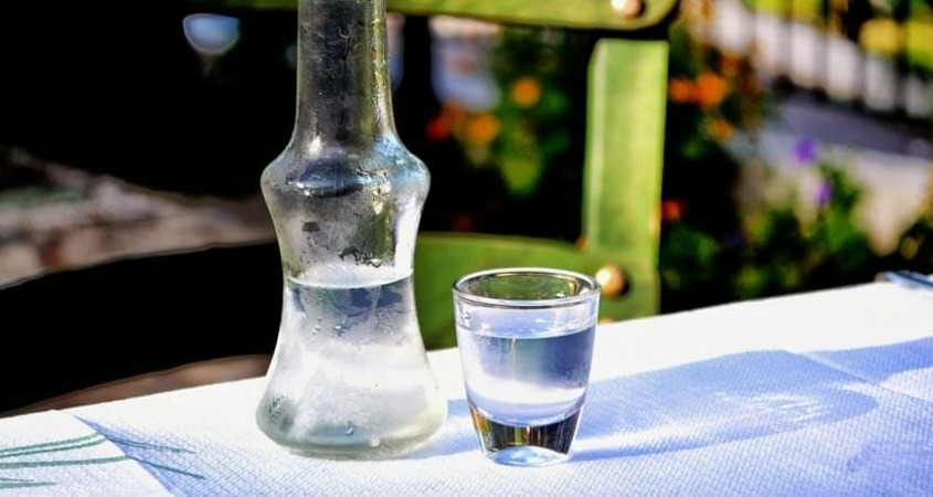 uzo grčka rakija čašica