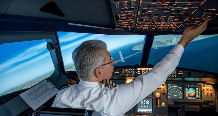 Pilot upravlja avionom