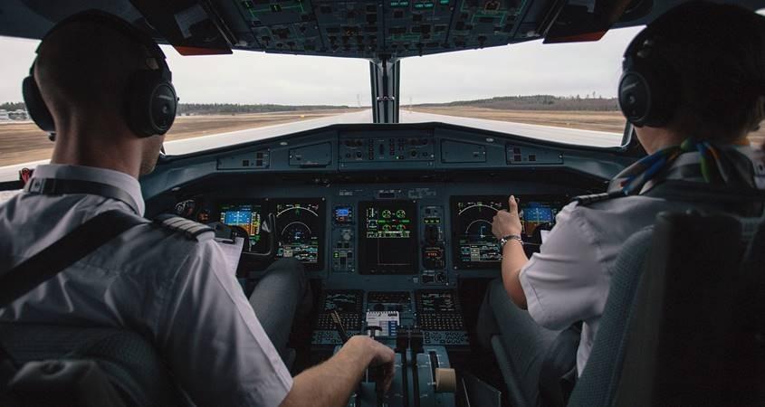 Pilot i kopilot u kabini