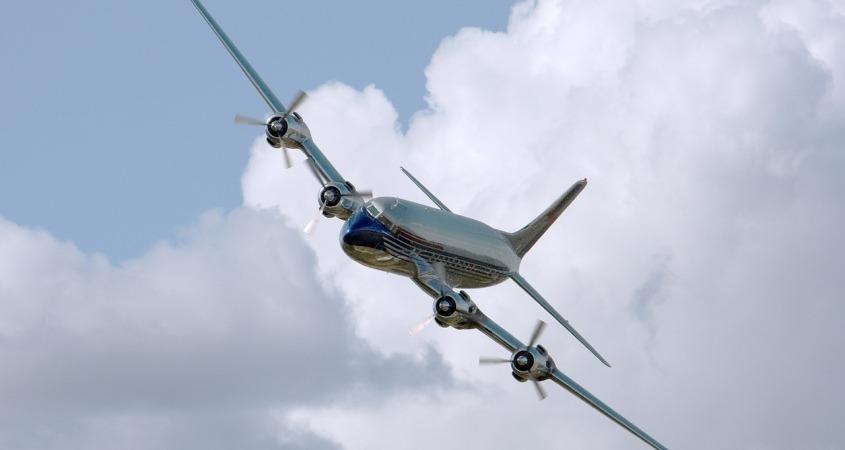 Savremeni avion na nebu