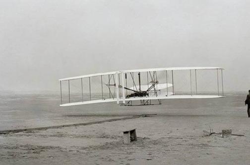 Stara fotografija belog aviona koji poleće