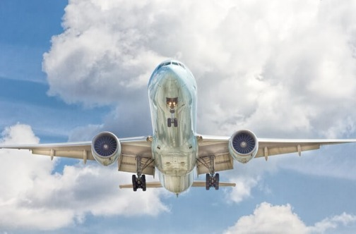 Avion na nebu u letu
