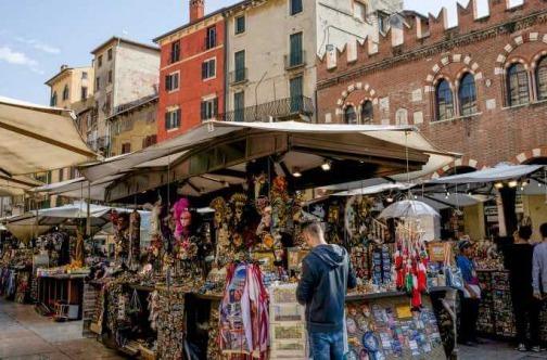 Turisti šopinguju u Italiji