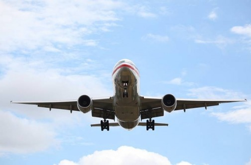 Avion u letu i oblaci