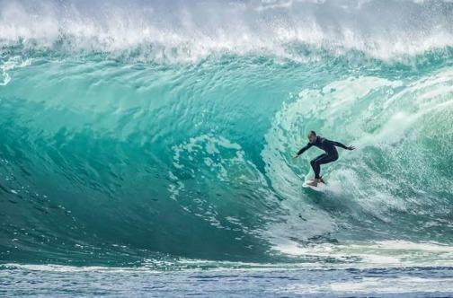 Dečko surfuje na talasima