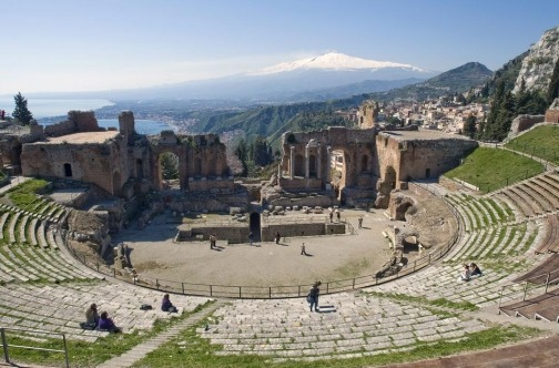 Grčki amfiteatar iznad mesta Taormina uz pogled na Vulkan Etna